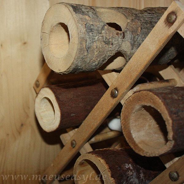Holztunnel in einem Weinregal aus Holz